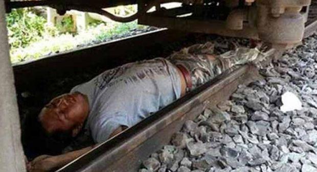 Trenin önüne atladı ama...