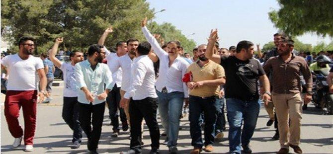 ÜNİVERSİTE ÖĞRENCİLERİ PROTESTO ETTİ