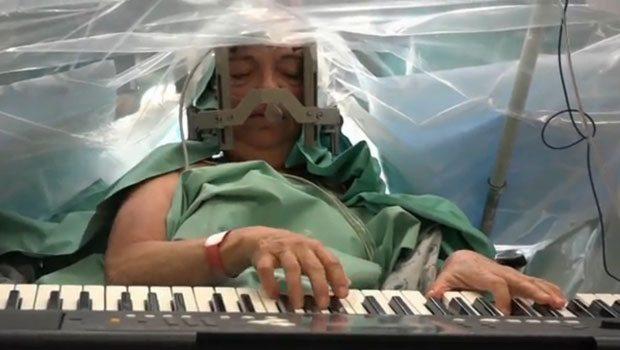 Ameliyat esnasında piyano çaldı