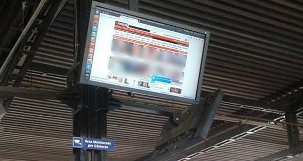 Otobüs Durağında Şok Eden Porno Yayını