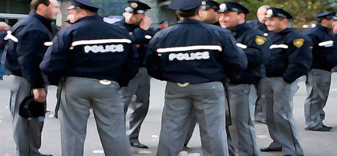 RUM POLİSİ TUTUKLUYU FENA DÖVDÜ