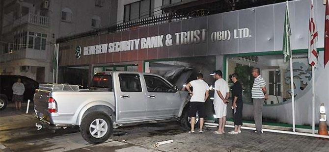 REMFREW SECURİTY BANK ÖNÜNDEKİ ARACI KUNDAKLAYANLAR YAKALANDI