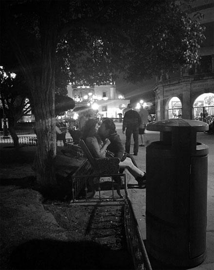 Gece yarısı parkta öpüşürken yakalandılar..