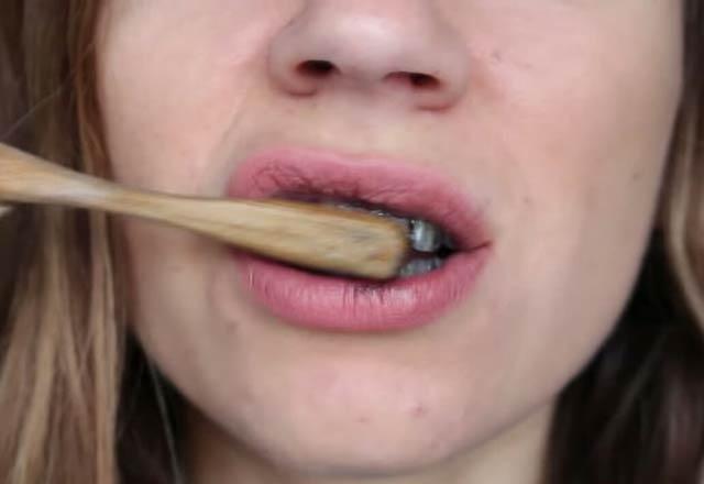 dislerdeki-kahve-ve-sigara-lekelerini-yok-eden-karisim-tarifi-11594497.jpeg