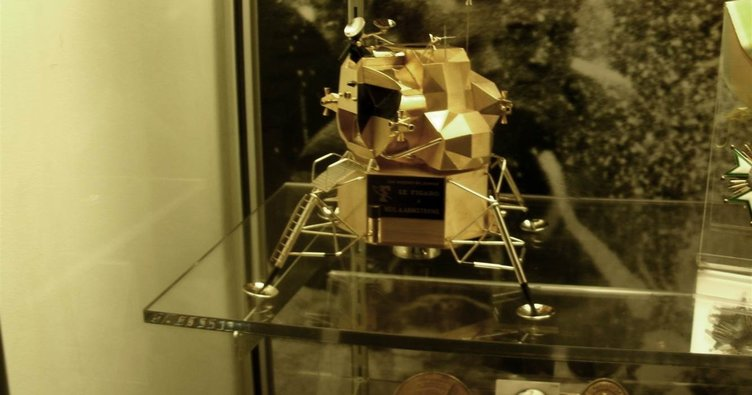 neil-armstrong-muzesindeki-altin-ay-modulu.jpg